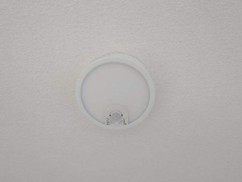 ホール照明は便利な人感センサータイプ